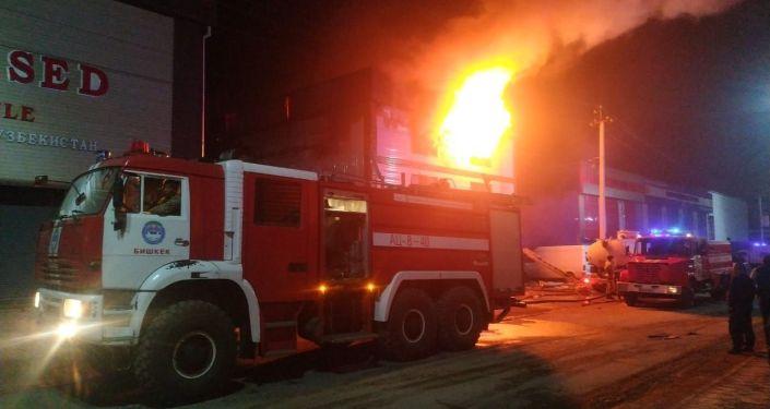 В одном из контейнеров на рынке Дордой вспыхнул пожар