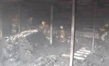 Сотрудники МЧС во время тушения пожара на рынке Дордой