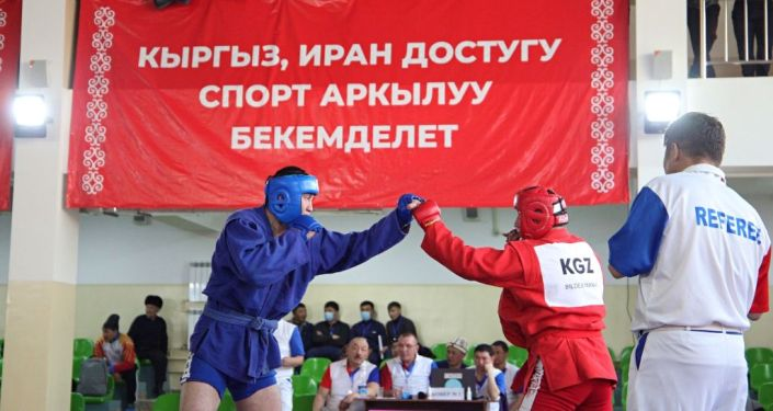 Спорттук иш-чаранын ачылыш аземине вице-мэр Эмиль Шадыханов, Самбо федерациясынын жетекчилиги, машыктыруучулук курам, спортчулар жана күйөрмандар катышты