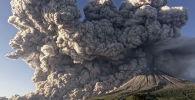 Индонезиянын Суматра аралында Синабунг жанар тоосу атылып, анын күлү менен түтүнү беш чакырым бийиктикке сапырылды