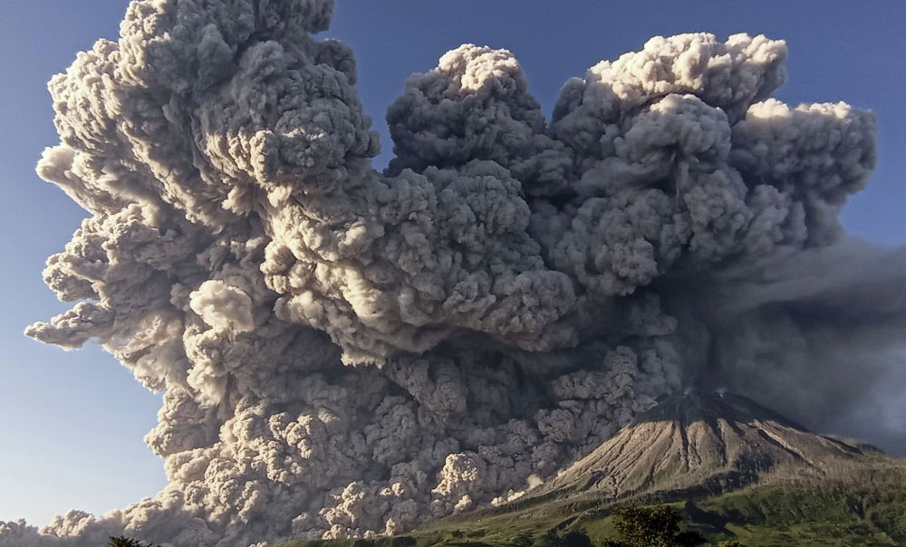 Извержение вулкана Синабунг на острове Суматра, Индонезия. 2 марта 2021 года