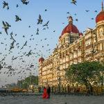 Пара позирует фотографу перед отелем Тадж-Махал в Мумбаи, Индия. 4 марта 2021 года