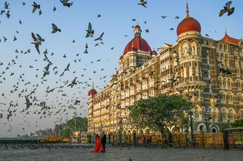Мумбайдагы (Индия) Тадж-Махал мейманканасынын алдында жубайлар сүрөткө түшүп жатышат