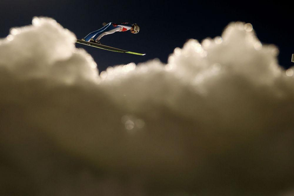 Шведская спортсменка Астрид Норстедт выполняет тренировочный прыжок на чемпионате мира по лыжным видам спорта в Оберстдорф, Германия. 1 марта 2021 года
