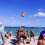Студенты колледжа празднуют весенние каникулы на пляже в Форт-Лодердейле, Флорида, США. 5 марта 2021 года