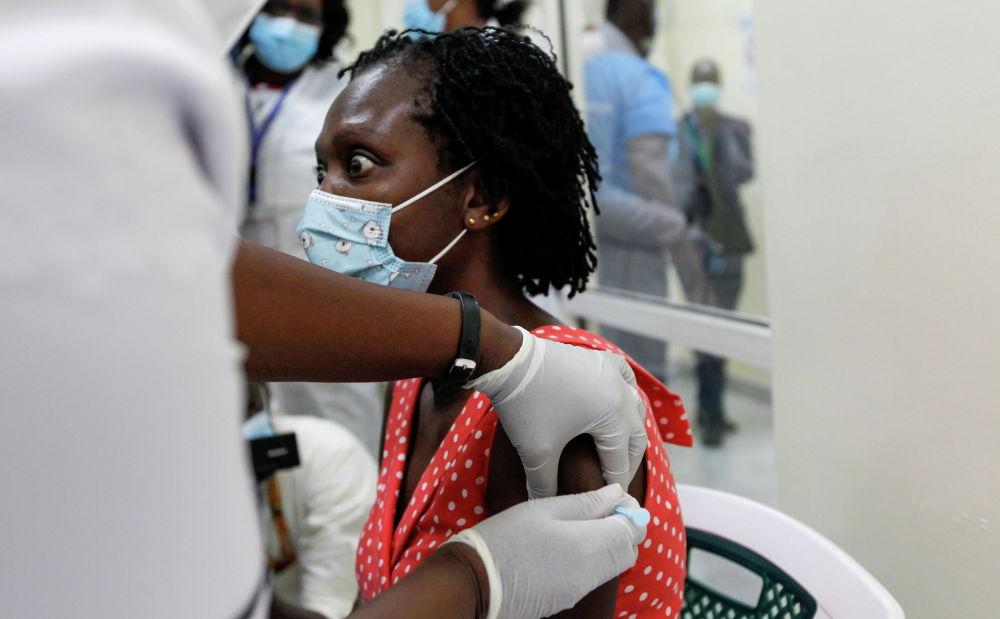 Женщина получает вакцину AstraZeneca против коронавирусной болезни (COVID-19) в Национальной больнице Кеньятта в Найроби, Кения. 5 марта 2021 года