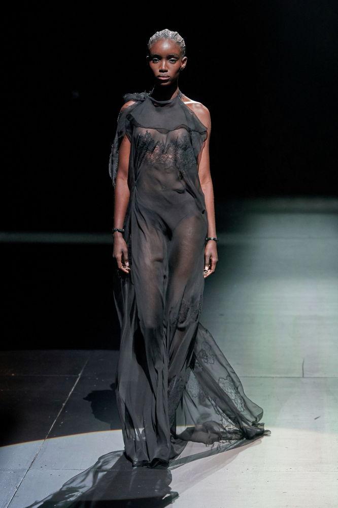 Модель представляет творение из женской коллекции Valentino Осень / Зима 2021/2022 на Неделе моды в Милане. Италия.1 марта 2021 года