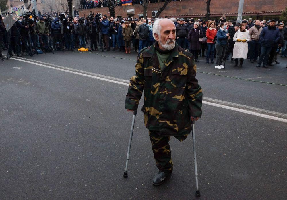 Участник акции протеста оппозиции с требованием отставки премьер-министра Армении Никола Пашиняна на проспекте Баграмяна в Ереване