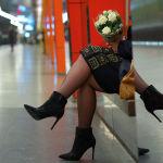 Девушка с букетом цветов в Московском метрополитене накануне Международного женского дня