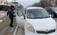 Сотрудники Управления патрульной службы милиции Бишкека поздравили женщин-водителей с Международным женским днем 8 Марта