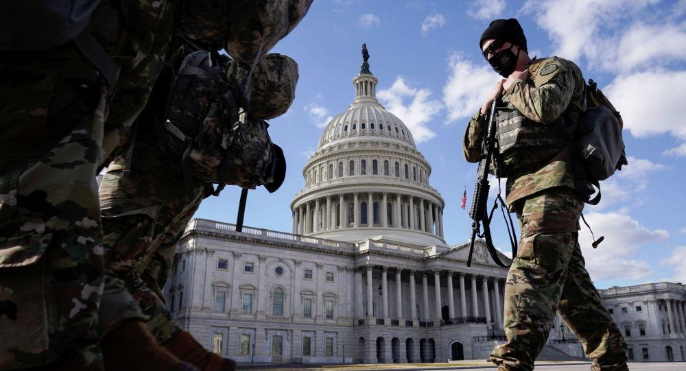 Солдаты Национальной гвардии проходят мимо Капитолия в Вашингтоне, США