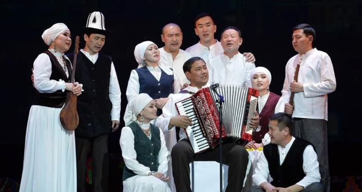 Артисты группы Эл ырчысы Эстебес выступают на цене Национальной филармонии имени Токтогула Сатылганова