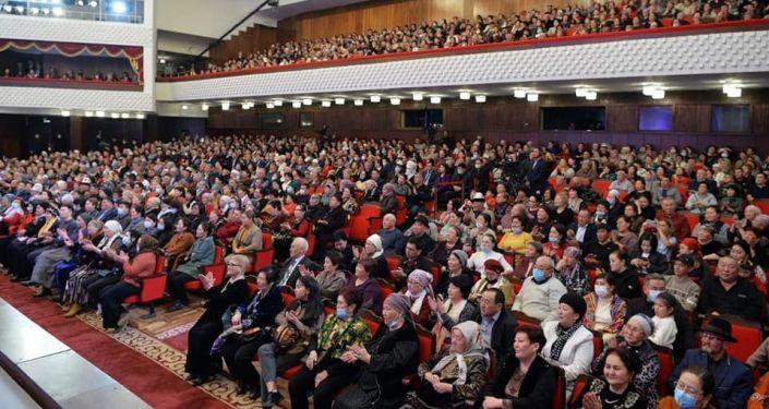 Зрители на концерте  группы Эл ырчысы Эстебес в Национальной филармонии имени Токтогула Сатылганова