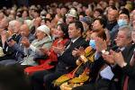 Президент Садыр Жапаров жубайы Айгүл Асанбаева экөө Эл ырчысы Эстебес тобунун концертин көргөнү барды