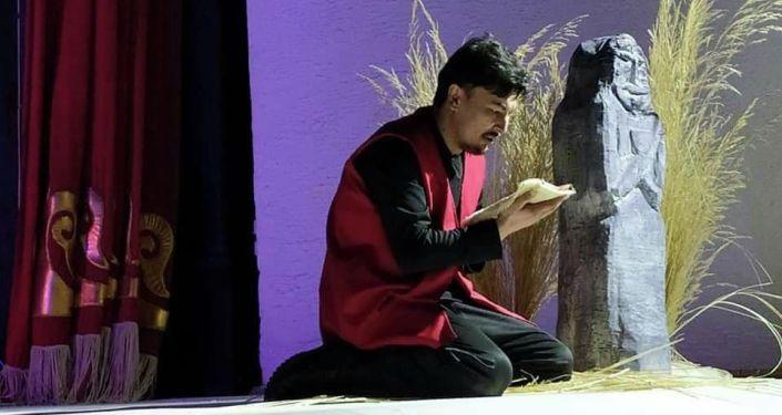 Артисты во время показа спектакля по поэме Кожогелди Култегина Шыпыргы өмүр в городе Нарын