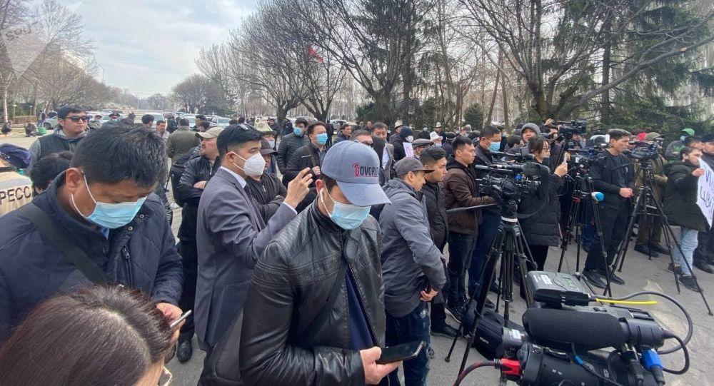 У здания Жогорку Кенеша в Бишкеке проходит митинг против проекта новой Конституции