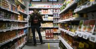 Молодой человек в магазине. Архивное фото