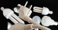 Лампочки и электрическая вилка. Иллюстративное фото