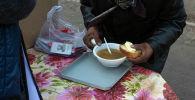 Каждые две недели мужчина, похожий на бездомного, помогает бишкекским волонтерам кормить нуждающихся. Корреспонденты Sputnik Кыргызстан сняли на видео удивительную историю активистов.