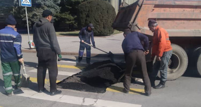 Сотрудники МП Бишкекасфальсервис во время ямочного ремонта на улицах Бишкека. 10 марта 2021года