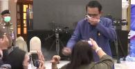 Премьер-министр Таиланда Прают Чан-Оча обрызгал журналистов антисептиком после неудобного вопроса о возможных кадровых изменениях в кабинете министров.
