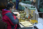 Сотрудник госпредприятия Бишкекский штамповочный завод работает на станке