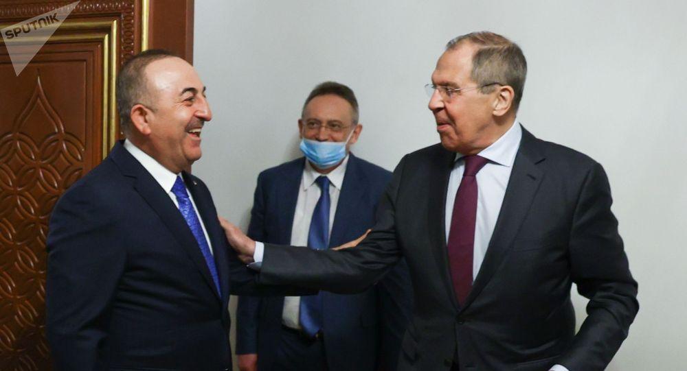 Министр иностранных дел РФ Сергей Лавров и министр иностранных дел Турции Мевлют Чавушоглу во время встречи в Дохе