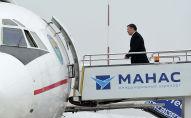 Президент Кыргызстана Садыр Жапаров поднимается на борт № 1. Архивное фото