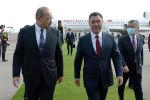 Мамлекет башчысын Ташкент аэропортунда Өзбекстандын Премьер-министри Абдулла Арипов тосуп алды