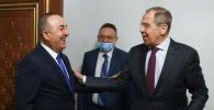 Сегодня министр иностранных дел России, приветствуя турецкого коллегу, в шутку спросил: Где мой сувенир из Киргизии?. Появилось видео встречи.