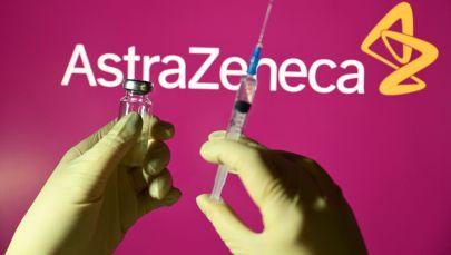 Шприц и ампула на фоне логотипа AstraZeneca. Архивное фото