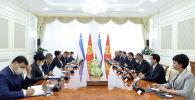 Президент Садыр Жапаров во время встречи с председателем сената Олий Мажлиса РУ Танзилой Нарбаевой.