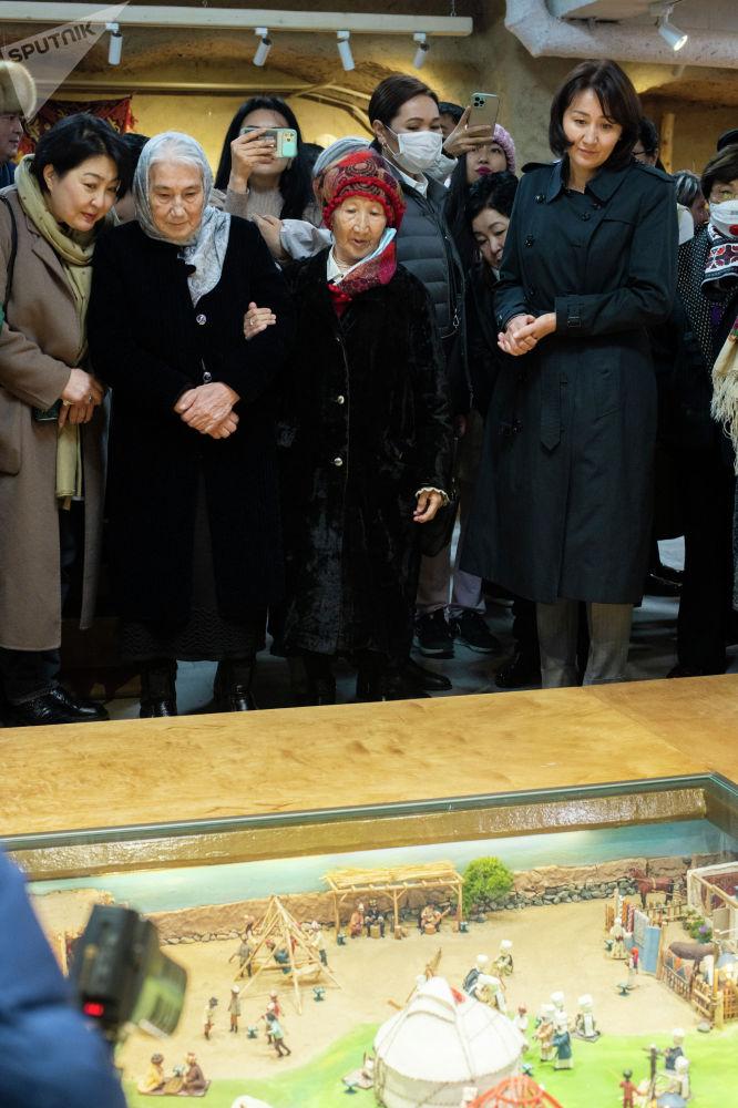 Жылуу жүздөр. Роза Айтматова, Айгүл Жапарова, Роза Отунбаева кол өнөрчүлөрдүн эмгегин суктана карашууда