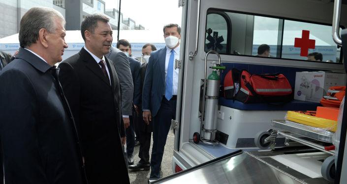 Президенты КР и РУз Садыр Жапаров и Шавкат Мирзиёев осматривают кареты скорой помощи марки Volkswagen подаренные Кыргызстану Узбекистаном