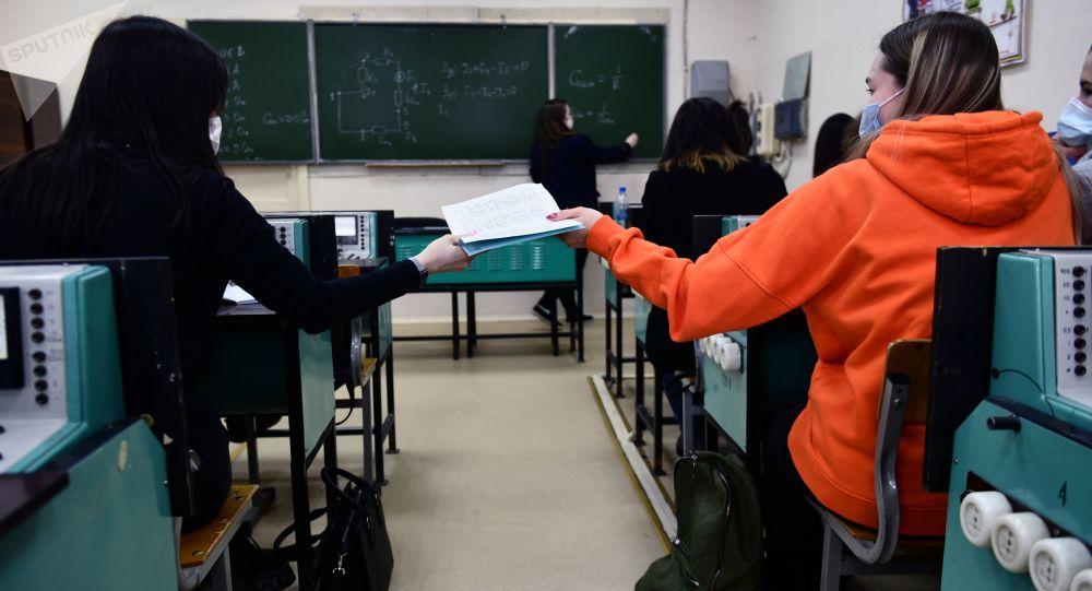 Студенттер окуу учурунда. Архив