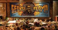 Цветы и свечи на месте убийства афроамериканца Джорджа Флойда в Миннеаполисе штат Миннесота. Архивное фото
