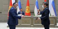 Министры Кыргызстана и Узбекистана во время подписания документов по итогам переговоров. 11 марта 2021 года