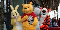Кролик, Винни Пух, Иа и Тигра позируют для фотографий, когда Винни Пух получает звезду на Голливудской Аллее славы. Архивное фото