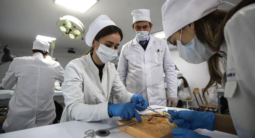 Студенты медицинского университета во время занятий. Архивное фото