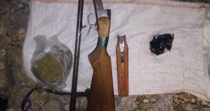 Сотрудники Государственного комитета национальной безопасности выявили крупный схрон оружия, боеприпасов и наркотиков в Баткенской области