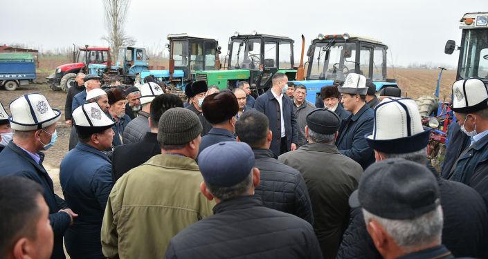 Премьер-министр Улукбек Марипов на встрече с фермерами Араванского района Ошской области
