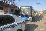 Бишкекте жүргүнчү ташыган эки автобустун айдоочусу эреже бузуп чегерилген айып пулду убагында төлөбөгөндүктөн унаалары атайын короого токтотулду.