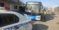 В Бишкеке два пассажирских автобуса попали на штрафстоянку из-за несвоевременной уплаты водителями штрафов за нарушения