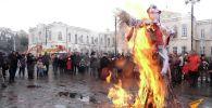 В Бишкеке возле Ассамблеи народов Кыргызстана отпраздновали Масленицу. Более 50 человек, несмотря на холодную погоду, пришли на мероприятие.