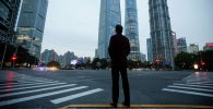 Мужчина в финансовом районе Луцзяцзуй в Шанхайе
