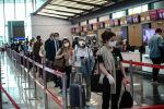 Пассажиры в аэропорту Стамбула после возобновления внутренних рейсов. Архивное фото