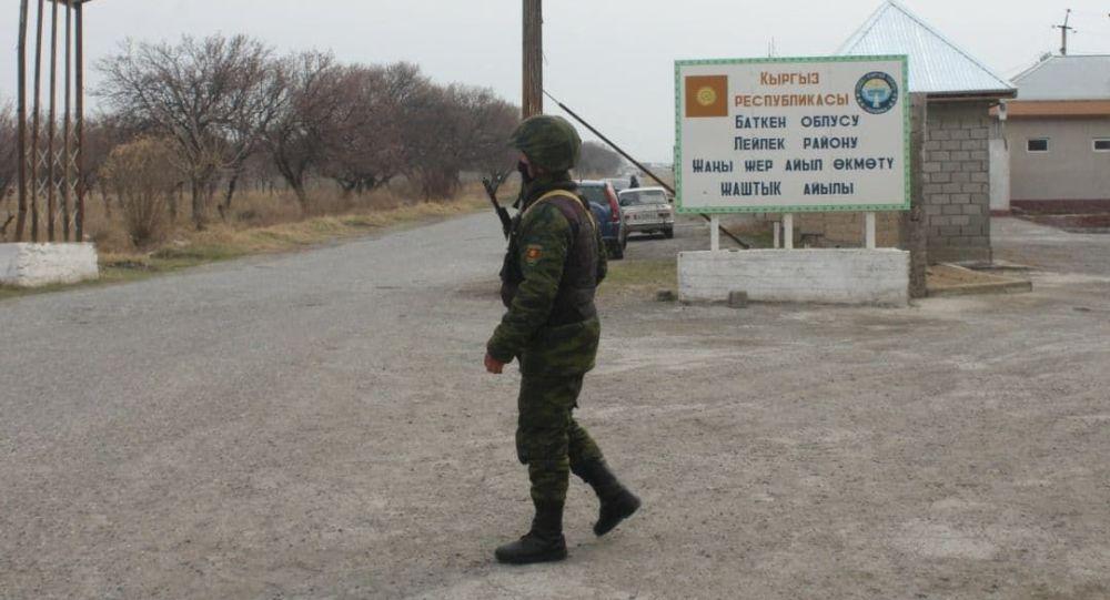 Пограничник на посту в селе Жаны Жер в Баткенской области на границе Кыргызстана и Таджикистана