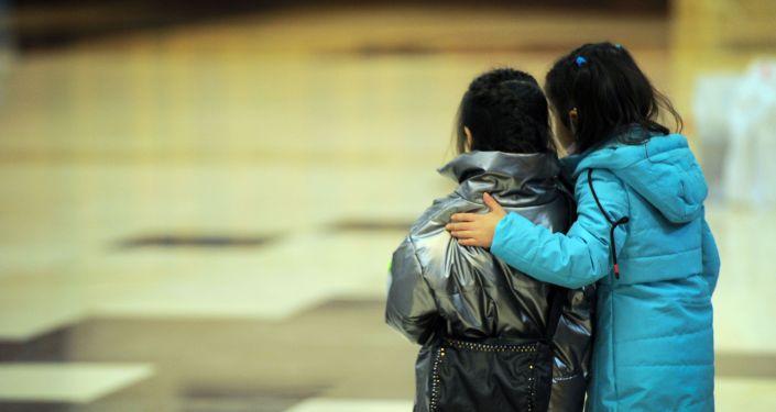 Девочки в Бишкекском аэропорту Манас после возвращения на родину из Ирака. 16 марта 2021 года