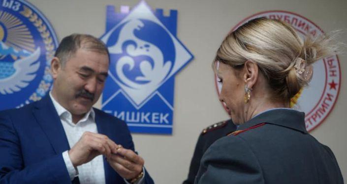 В Бишкеке прошло торжественное мероприятие по случаю вручения ведомственных медалей Жена офицера супругам столичных милиционеров. 16 марта 2021 года