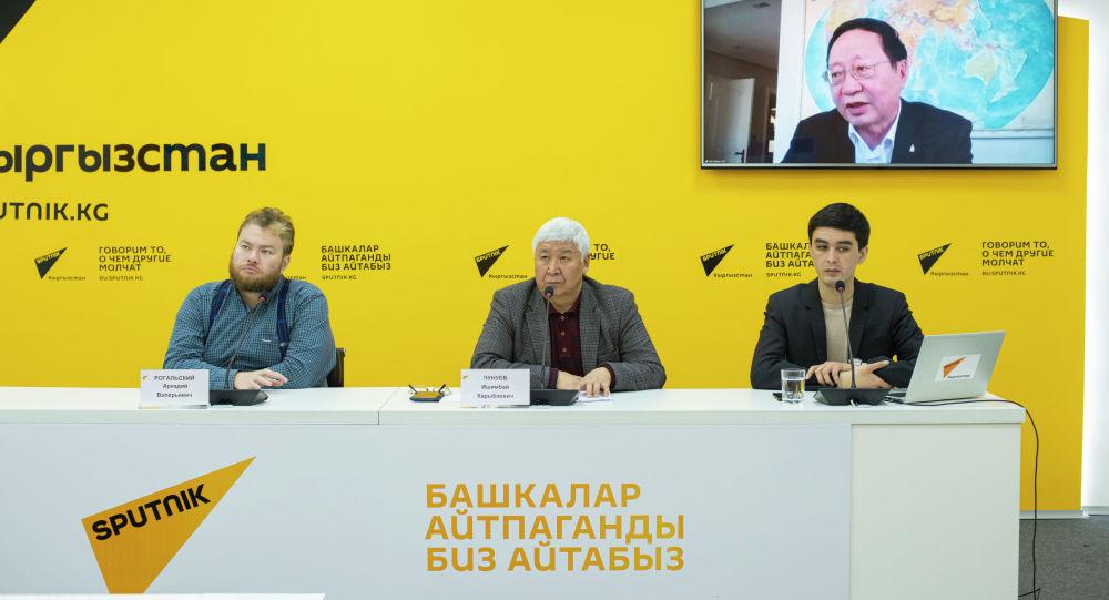 Консультант-геолог, эксперт из Монголии Бат-Эрдене на экране в пресс-центре Sputnik Кыргызстан